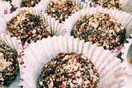 Sweet puffed rice balls