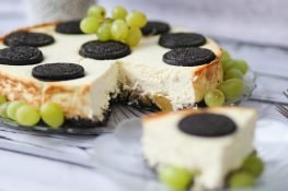 Cheesecake with cookies