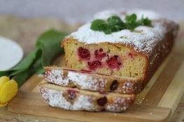 Joghurt cake with raspberries