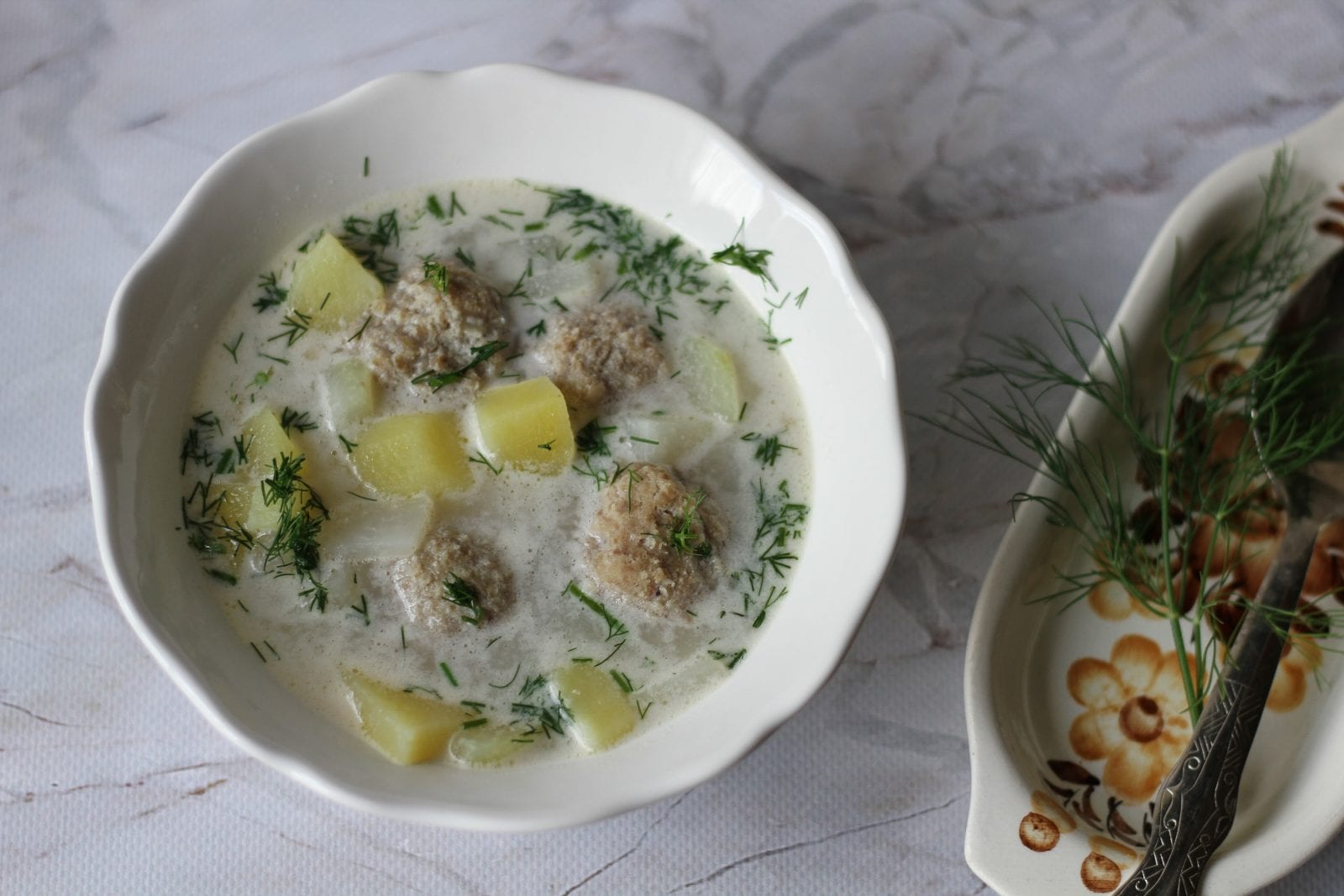 Kohlrabi soup with meatballs