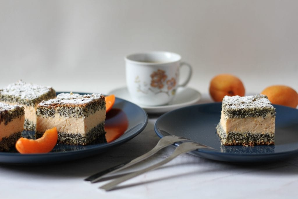 Poppy seeds cake with apricot
