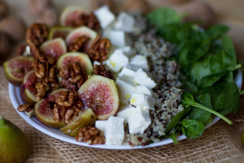 Sałatka z figami, orzechami włoskimi, szpinakiem, serem feta i quinoa