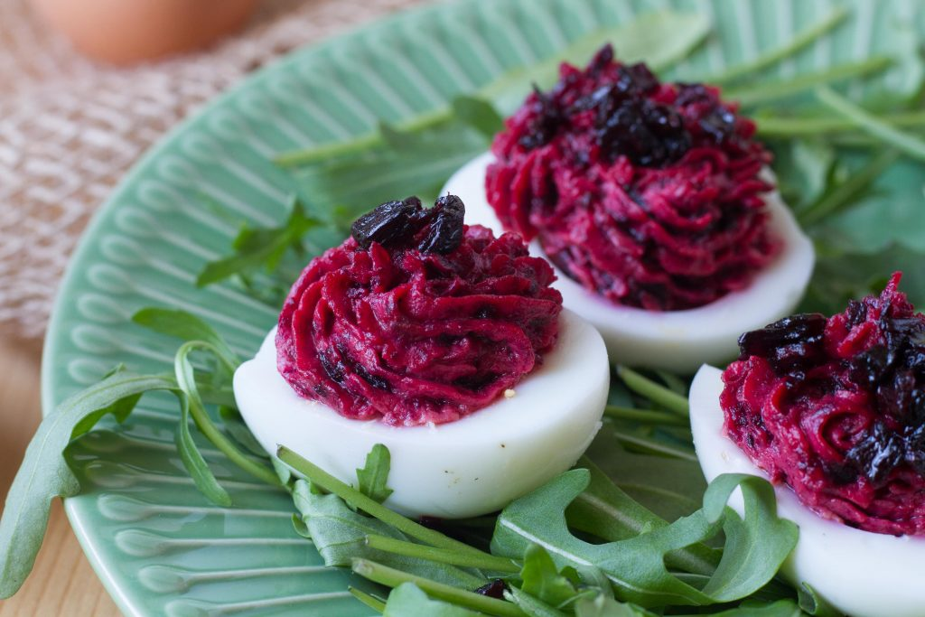 Eggs stuffed with beetroot and mascarpone