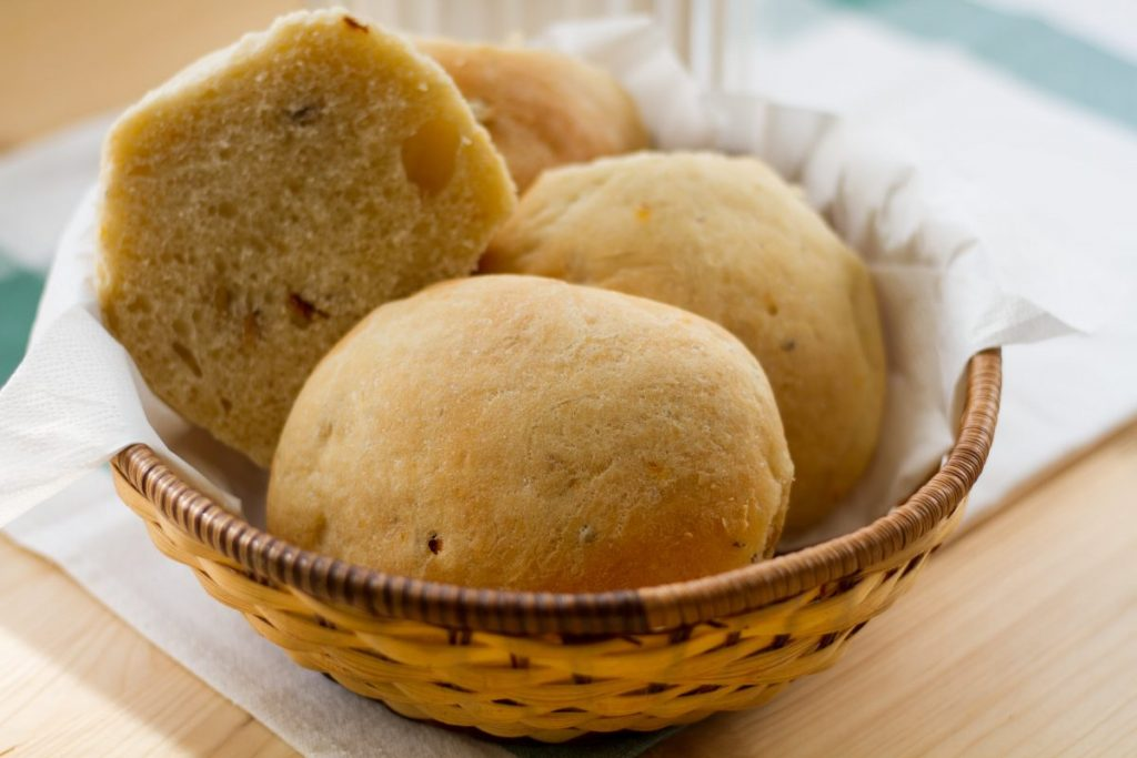 Sun-dried tomato yeast dough buns
