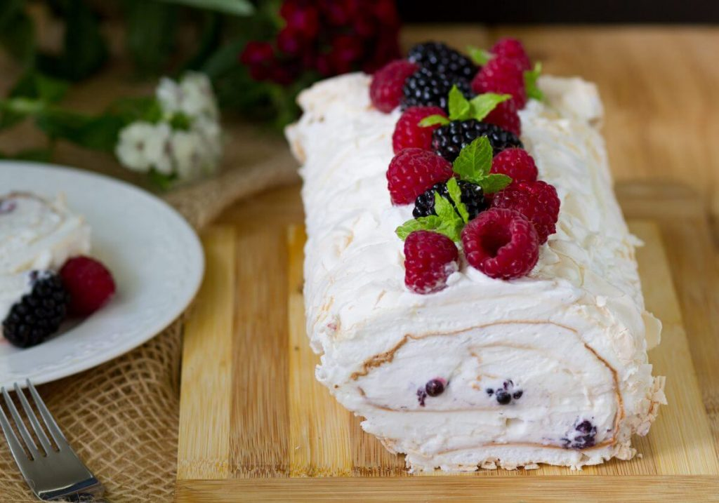 Meringue roulade with fruits