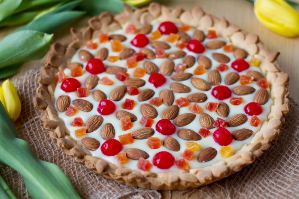 Mazurka cake with fruits