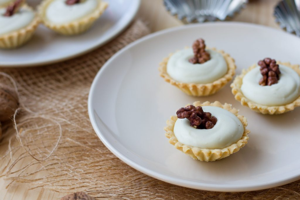 Tartlets on shortbread pastry with cheese mousse