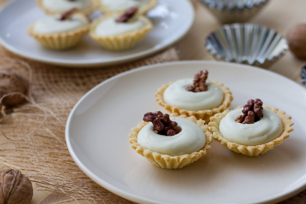 Crunchy tartlets with cheese mousse