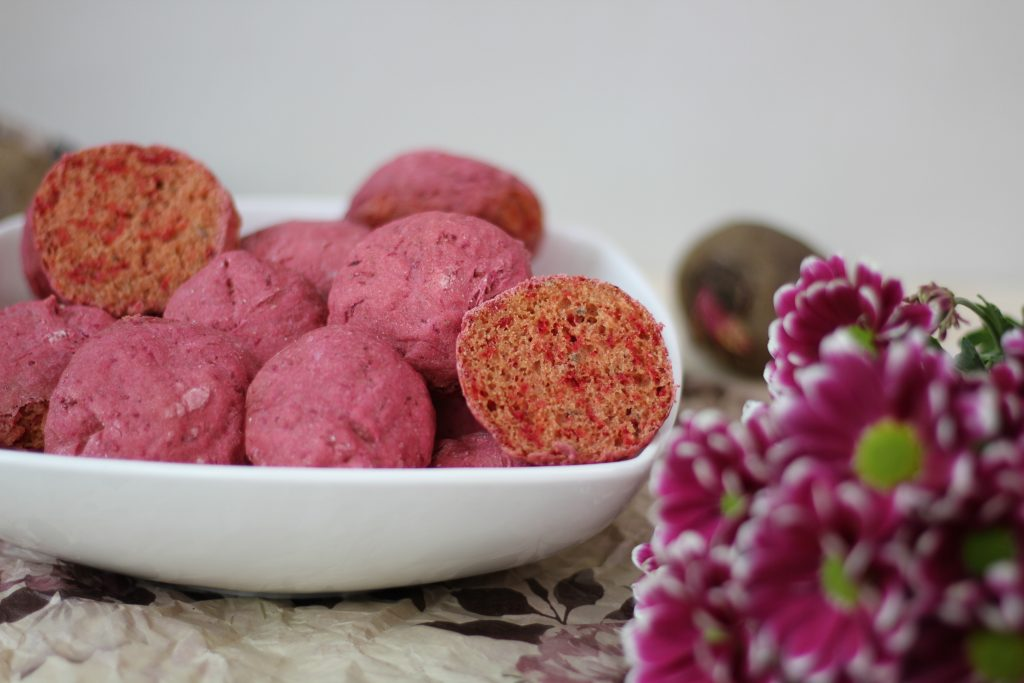 Beetroot buns with flax seeds